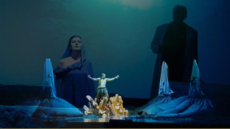 Das Rheingold, Richard Wagner (c)Opera Musica, Le calme règne à la Villa Rigot en ce milieu du mois de mai. Après quelques minutes d'attente dans un hall où meubles USM et rallonges électriques côtoient stucs et autres moulures, on nous emmène dans les couloirs sombres de ce resplendissant Trianon qui se garde du chaud par l'obscurité. En haut de quelques marches, dans l'antichambre d'un bureau, on croise un clavecin qui semble attendre sa destination finale. Mais le directeur ne peut l'accueillir dans sa grande pièce de travail, déjà occupée par celui de son père. C'est avec le sourire que Tobias Richter reçoit. On s'installe devant son magnifique bureau de style Directoire, « c'était celui de Kofi Annan, il est beau, mais pas pratique ! » assure-t-il, posant naturellement l'intime atmosphère de l'heure qui suivra. Un tête-à-tête chargé de confidences sur une vie bien remplie et sur les complexes rouages du Grand Théâtre., par fabien bergerat, go out magazine