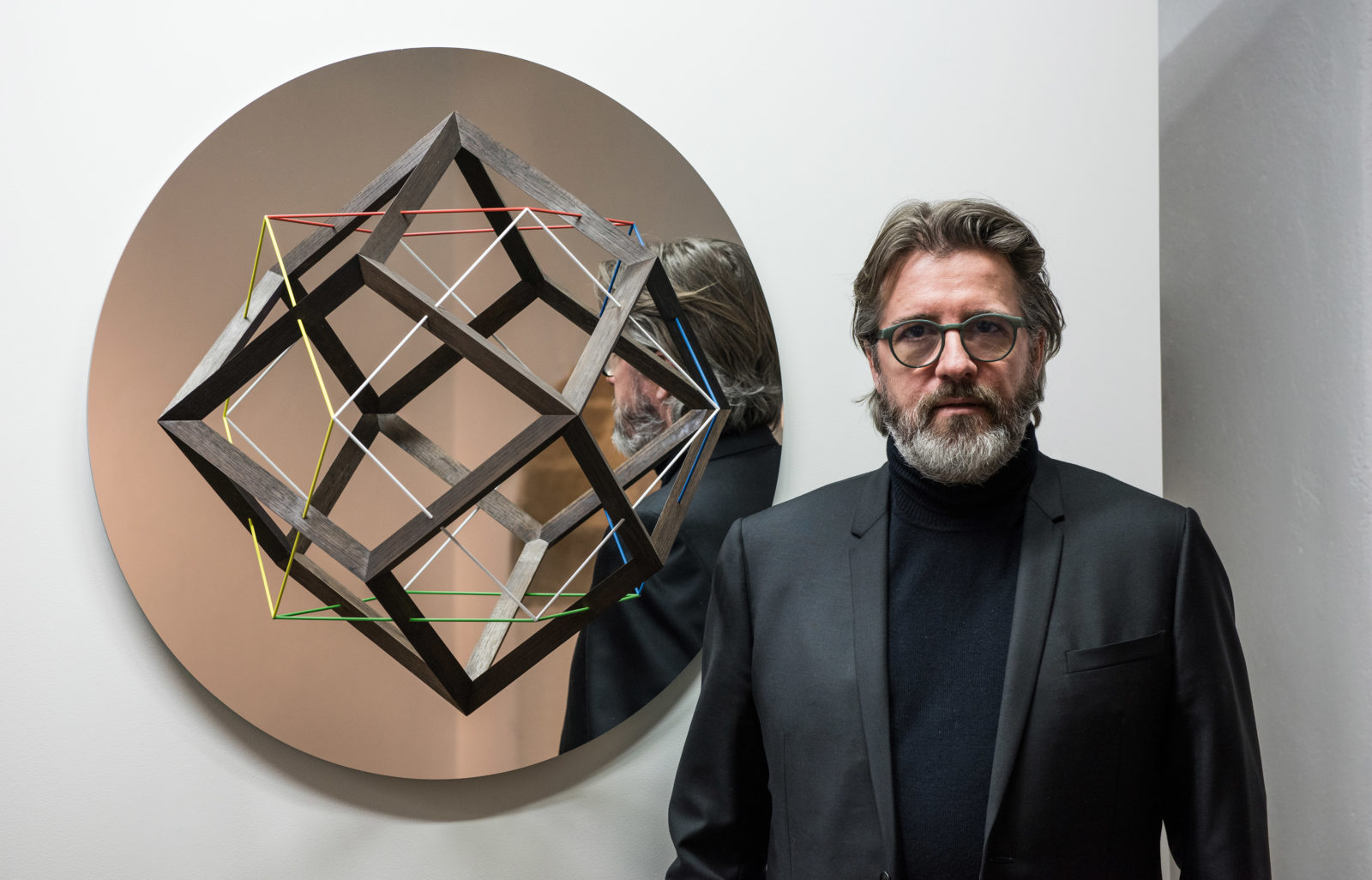 Olafur Eliasson devant the mirror, 2017, photo par lucas fascini, exposition Objets définis par l'activité., espace muraille, genève