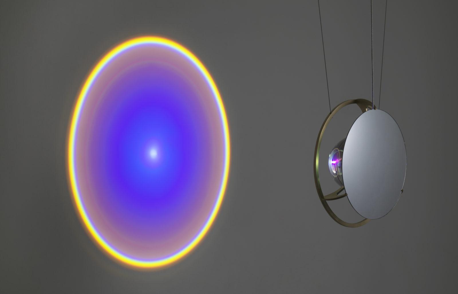 Olafur Eliasson, La Lampe Wavelength, 2017, photo par jens zheie, exposition objets définis par l'activité, espace muraille, genève