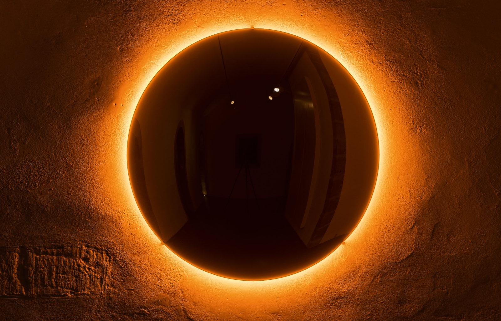 Olafur Eliasson, The Black Glass Sun, photo par Lucas Fascini, exposition objets définis par l'activité, espace muraille, genève, expo, art