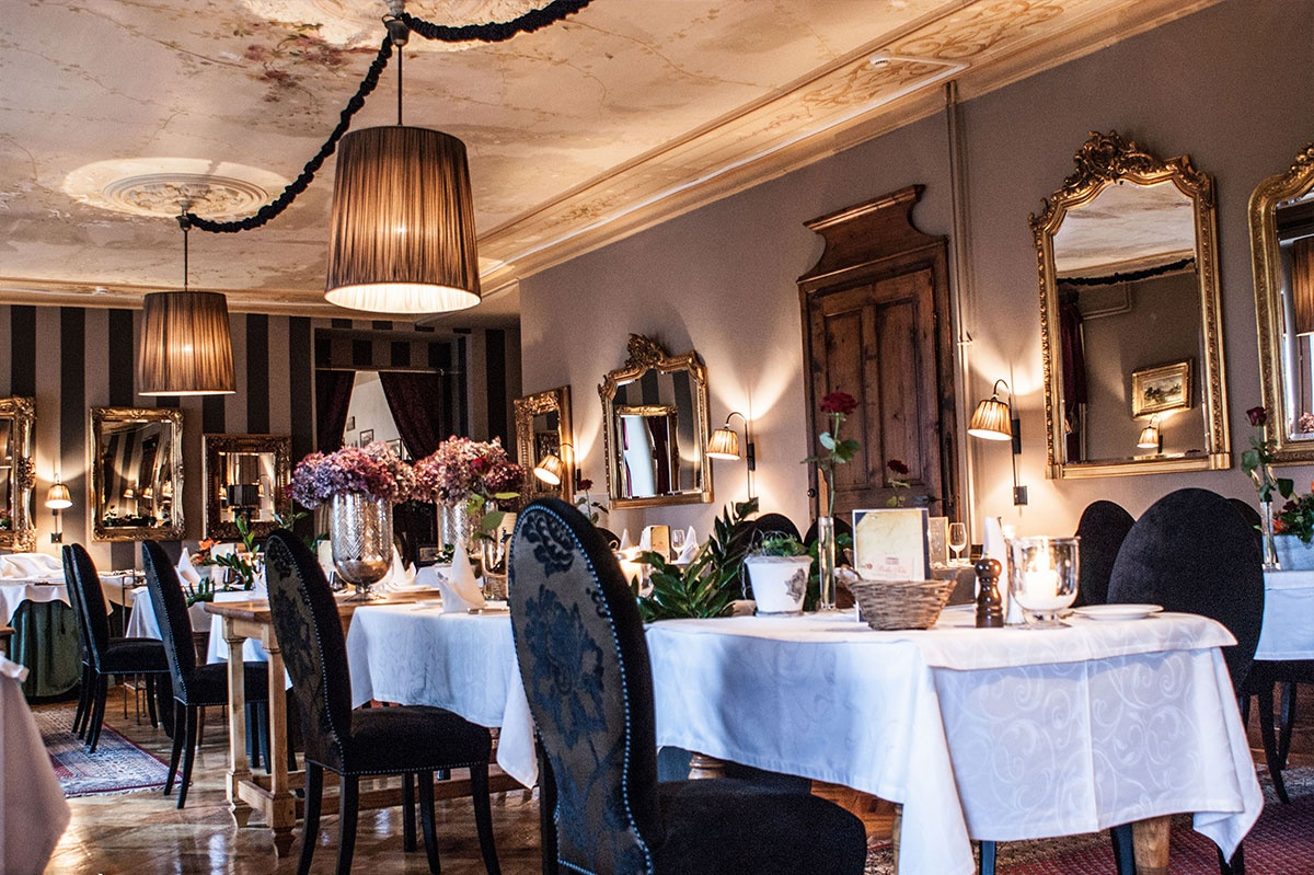 Salon 1900, Bella-Tola, nommée station des étoiles, près du village de Saint-Luc, établissement de luxe reconnu Swiss Historic Hotel, station balnéaire victiorienne et jovialité alpine