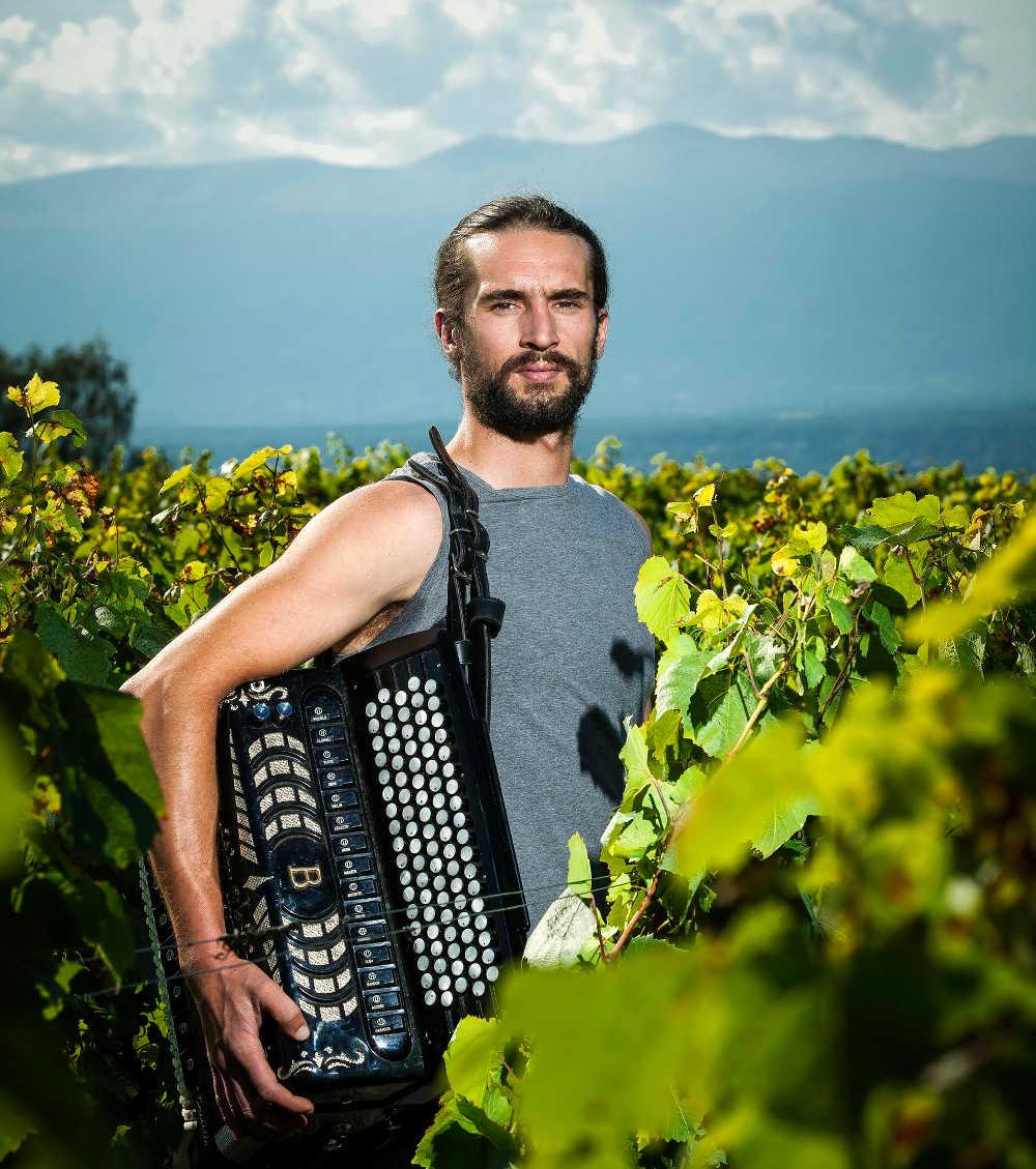 Portrait Raphaël Piuz Domaine des Dix Vins publié dans le cadre de l'article de go out magazine