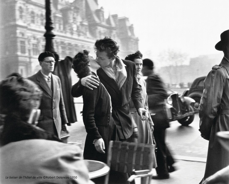 Le Baiser de l'hôtel de ville » Paris, 1950 (c)Robert Doisneau, article doisneau: déclics et des clichés par mina sidi ali pour go out magazine mai 2018