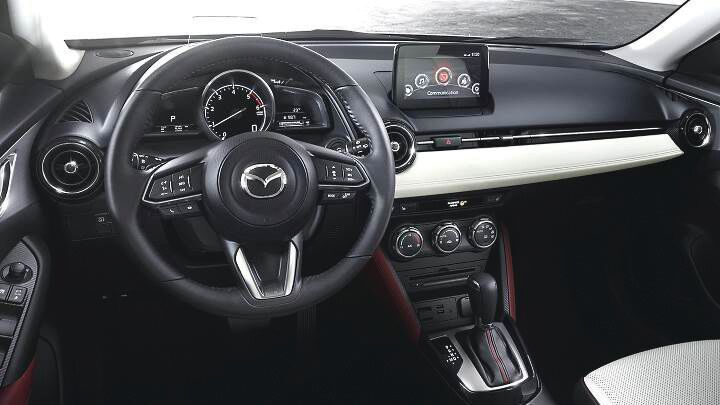 (c)Mazda CX-3, Cela fait désormais plusieurs décennies que Mazda s'affiche comme un acteur incontournable du milieu automobile. Le constructeur de l'Empire du Soleil levant est garant d'une fiabilité devenue légendaire sur tous les continents et présente des moteurs innovants et avant-gardistes salués par l'ensemble de la presse. Rouler en Mazda, c'est rouler en toute sérénité! Avez-vous déjà entendu un propriétaire d'une Mazda se plaindre de son véhicule? Le taux de satisfaction doit certainement s'approcher des 100%. Après le succès planétaire de la CX-5, la marque japonaise s'est lancée depuis deux ans dans le segment des crossover urbains avec la CX-3. Go Out! a eu l'immense privilège de passer deux semaines en sa charmante compagnie; tour de piste de ce que la belle a à offrir., par yessine sidi ali pour go out magazine juin 2018, automobile, stay cool