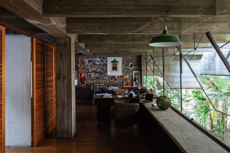 House in Butanta (c)Paulo Mendes da Rocha & Leonardo Finotti, Bétons dansants, verres vertigineux sur espaces ouverts et épurés dévoilent les principales lignes du travail de l'architecte Paulo Mendes da Rocha que la Maison d'Architecture (MA), avec le soutien du Consulat du Brésil, convie le 28 juin prochain à Sicli pour une conférence unique. Dans le monde hypermarqueté du design de charpentes, ses réalisations intemporelles représentent une sorte d'antidote à une impériosité de consumérisme et de corporatisme. Ainsi, ce génie de l'archi qui célèbre cette année ses 90 ans conçoit quelques-unes des bâtisses citadines les plus cohérentes, à l'image du Musée brésilien de la sculpture, la Pinacothèque de São Paulo, le Centre Culturel FIESP ou encore la colossale salle de gym du Club Athletico Paulistano. Prix Pritzker en 2006, on ne s'étonnera guère qu'il rafle également le Lion d'or de Venise en 2016 et le Royal Gold Medal for architecture l'an dernier. Architecte engagé, capable d'inciter ses confrères à bâtir un meilleur environnement, il est un des personnages majeurs du modernisme brésilien. En attendant sa venue, on se délecte d'une exposition inédite et exclusive entre croquis, dessins, maquettes, meubles et documentaires sur cette figure incontournable de l'architecture. Close-up.  parMina SIDI ALI, go out magazine juin 2018
