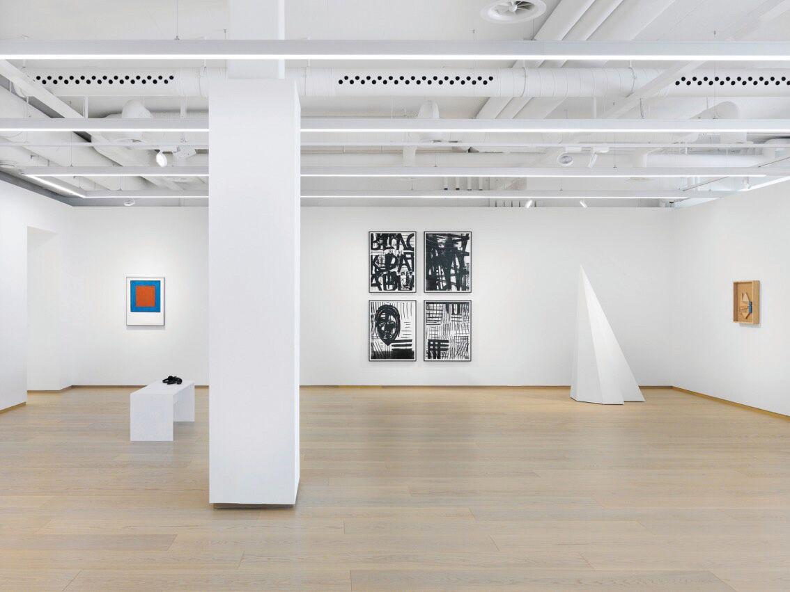 (c)Annek Wetter, PACE Gallery, Après New York, Séoul, Hong-Kong, Pékin, Londres et Palo Alto, c'est dans la Cité de Calvin que la galerie américaine Pace a décidé de poser ses valises. Pour son neuvième espace d'exposition, ouvert depuis le mois de mars, Pace a investi une arcade de plus de 300m2 au Quai des Bergues. Spécialisée en art moderne et contemporain, la galerie désire établir une présence permanente sur le territoire helvétique. Les liens avec les communautés culturelles suisses et européennes, qui ont jusqu'à maintenant joué un rôle central dans le travail et l'expansion de Pace, sont ainsi renforcés et pérennisés. Pour la première exposition à Genève, les travaux de Sol LeWitt (1928-2007), Louise Nevelson (1899-1988) et Adam Pendleton (1984) ont été montrés. Prolongée, l'exposition a été (ré)intitulée LeWitt, Nevelson, Pendleton PART II, et de nouvelles pièces sont venues rafraîchir l'ensemble. A visiter jusqu'au 13 juillet, par eleonora del duca, go out magazine