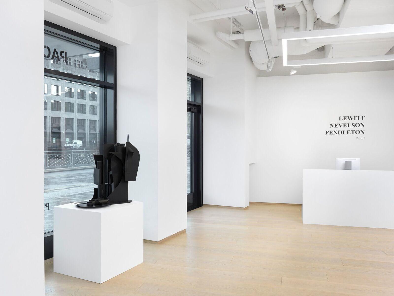 (c)PACE Gallery, Après New York, Séoul, Hong-Kong, Pékin, Londres et Palo Alto, c'est dans la Cité de Calvin que la galerie américaine Pace a décidé de poser ses valises. Pour son neuvième espace d'exposition, ouvert depuis le mois de mars, Pace a investi une arcade de plus de 300m2 au Quai des Bergues. Spécialisée en art moderne et contemporain, la galerie désire établir une présence permanente sur le territoire helvétique. Les liens avec les communautés culturelles suisses et européennes, qui ont jusqu'à maintenant joué un rôle central dans le travail et l'expansion de Pace, sont ainsi renforcés et pérennisés. Pour la première exposition à Genève, les travaux de Sol LeWitt (1928-2007), Louise Nevelson (1899-1988) et Adam Pendleton (1984) ont été montrés. Prolongée, l'exposition a été (ré)intitulée LeWitt, Nevelson, Pendleton PART II, et de nouvelles pièces sont venues rafraîchir l'ensemble. A visiter jusqu'au 13 juillet, par eleonora del duca, go out magazine