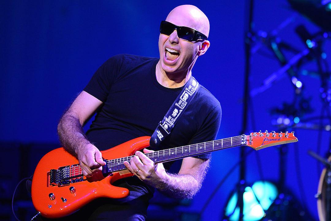 Joe Satriani ©Ethan Mille/Getty Images, Pour sa 12ème édition, le festival Guitare en Scène, monté par un groupe d'amis qui fait la part belle à l'instrument emblématique du rock, met une fois de plus la barre très haut avec son affiche de rêve : l'intemporel Sting, les enragés Black Rebel Motorcycle Club ou encore le virtuose Joe Satriani illumineront de leur charismatique présence la grande scène du chapiteau, parmi tant d'autres musiciens. Du point de vue du nombres de spectateurs (5000), le festival présente des dimensions modérées, contrairement à la grandeur de la programmation: cela rend l'interaction entre le public et les artistes d'autant plus forte et précieuse, une volonté assumée par les organisateurs. Souhaitant également mettre en avant les jeunes talents, ceux-ci ont monté un tremplin qui permet aux groupes sélectionnés une visibilité et des sensations sans pareil. Le festival organise aussi des masterclasses, offrant l'occasion à des passionnés de guitare (et de basse) de bénéficier de l'expérience de professeurs émérites. En somme, un événement qui résonne comme une ode à ces pincements de cordes, infinies sources d'émotions.