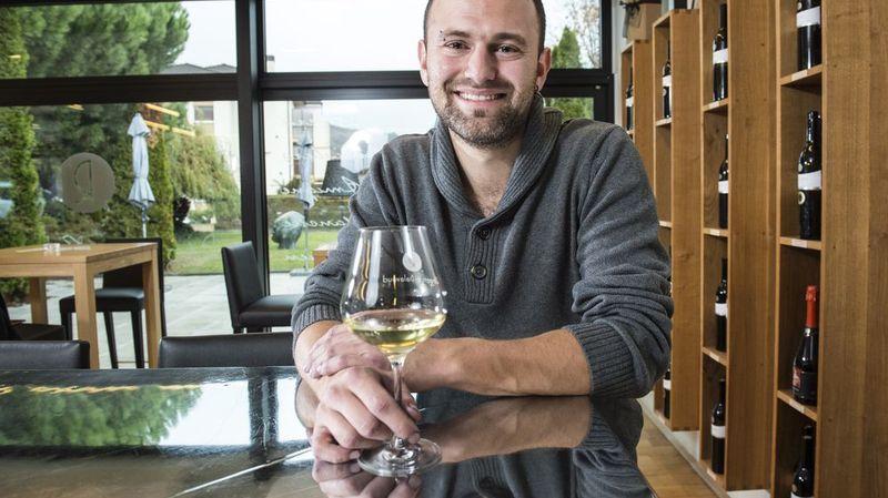 Julien Fournier (c)Sabine Papilloud, Ben oui, il y'a des vins meilleurs que d'autres. Et aussi certains bien faisandés avec une belle petite note de lacet mouillé. Mais de là à établir une notation représentative de la qualité des vins... Enfin, la spéculation autour des vins rares est aujourd'hui telle qu'il faut bien des experts pour justifier qu'un Château Petrus coûte légèrement plus cher que le meilleur gamay du Beaujolais. Alors que valent les notations des gourous du vin, les médailles de concours et à qui peut-on bien se fier sinon aux divins avis de votre serviteur? PAR PIERRE-EMMANUEL FEHR, go out magazine