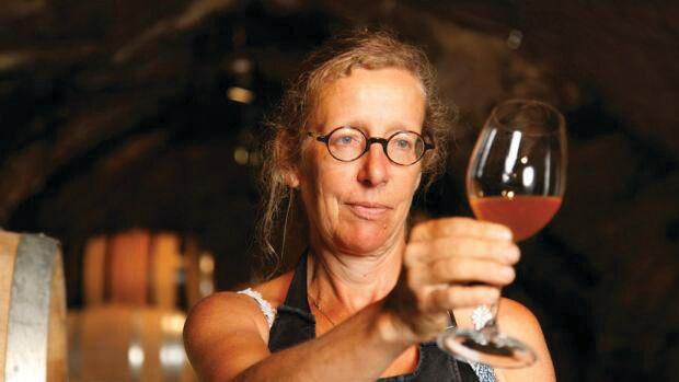 Marie-Thérèse Chappaz, Ben oui, il y'a des vins meilleurs que d'autres. Et aussi certains bien faisandés avec une belle petite note de lacet mouillé. Mais de là à établir une notation représentative de la qualité des vins... Enfin, la spéculation autour des vins rares est aujourd'hui telle qu'il faut bien des experts pour justifier qu'un Château Petrus coûte légèrement plus cher que le meilleur gamay du Beaujolais. Alors que valent les notations des gourous du vin, les médailles de concours et à qui peut-on bien se fier sinon aux divins avis de votre serviteur? PAR PIERRE-EMMANUEL FEHR, go out magazine