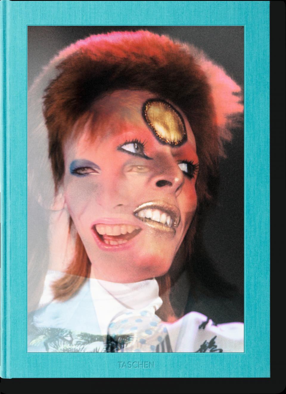 The Rise of David Bowie, 1972-1973, Mick Rock, Ce livre, constitué pour près de la moitié d'images jamais publiées auparavant, réunit autant de spectaculaires photos de scène et de clichés emblématiques que des portraits intimes pris en coulisses de David Bowie. S'ouvrant par une couverture 3D révélant plusieurs portraits, le livre rend hommage à l'esprit d'expérimentation et de réinvention permanente de Bowie et apportent un éclairage inédit sur sa carrière et ses multiples facettes. À la fois distant et proche, ludique et sérieux, sincère et artificiel, cet hommage déborde d'énergie et d'audace à l'instar de l'artiste et célèbre un artiste flamboyant et inspirant, dont on n'oubliera jamais la puissance créative. Un hommage unique du photographe officiel et partenaire artistique de David Bowie, Mick Rock. Imaginé en 2015 avec la bénédiction de Bowie, ce recueil électrisant comprend des photographies de scène, images des coulisses, couvertures d'album, entre autres, pour retracer la révolution musicale, théâtrale et sexuelle déclenchée par la fameuse tournée mondiale de «Ziggy Stardust» entre 1972 et 1973, et célébrer l'inspiration inépuisable d'un artiste audacieux et flamboyant. On notera que TASCHEN expose plus de 20 photos signées Mick Rock au Montreux Jazz Festival qui sont en vente à la House of Jazz Boutique et également via taschen.com/montreux. Par NYATA NATALIE RIAD go out magazine