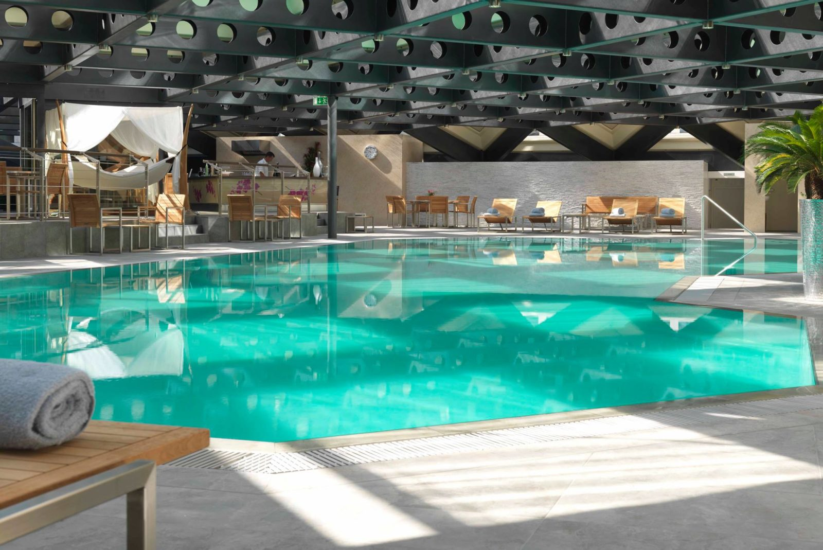 Spa Valmont Grand Hotel Kempinski (c)Spa Valmont Grand Hotel Kempinski (Facebook),L'été est arrivé! Et avec ça, le besoin de ressourcer son corps et son esprit se fait naturellement de plus en plus ardent. Sculpter sa silhouette, libérer le corps de ses toxines, refléter sa beauté intérieure, c'est dans cet esprit de renaissance que le Spa Valmont du Grand Hotel Kempinski, en collaboration avec les thés Wandertea de la célèbre it-girl Caroline Receveur, propose une cure détoxifiante dite Detox my Beauty où raffinement, bien-être et sur-mesure sont les maîtres-mots de cette expérience inédite. Close-up sur les soins proposés pour devenir fit et vite!, par melissa n'dila, go out magazine